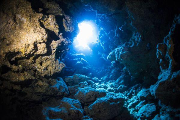 恩納村 万座の神秘的な洞窟やケーブのスポット